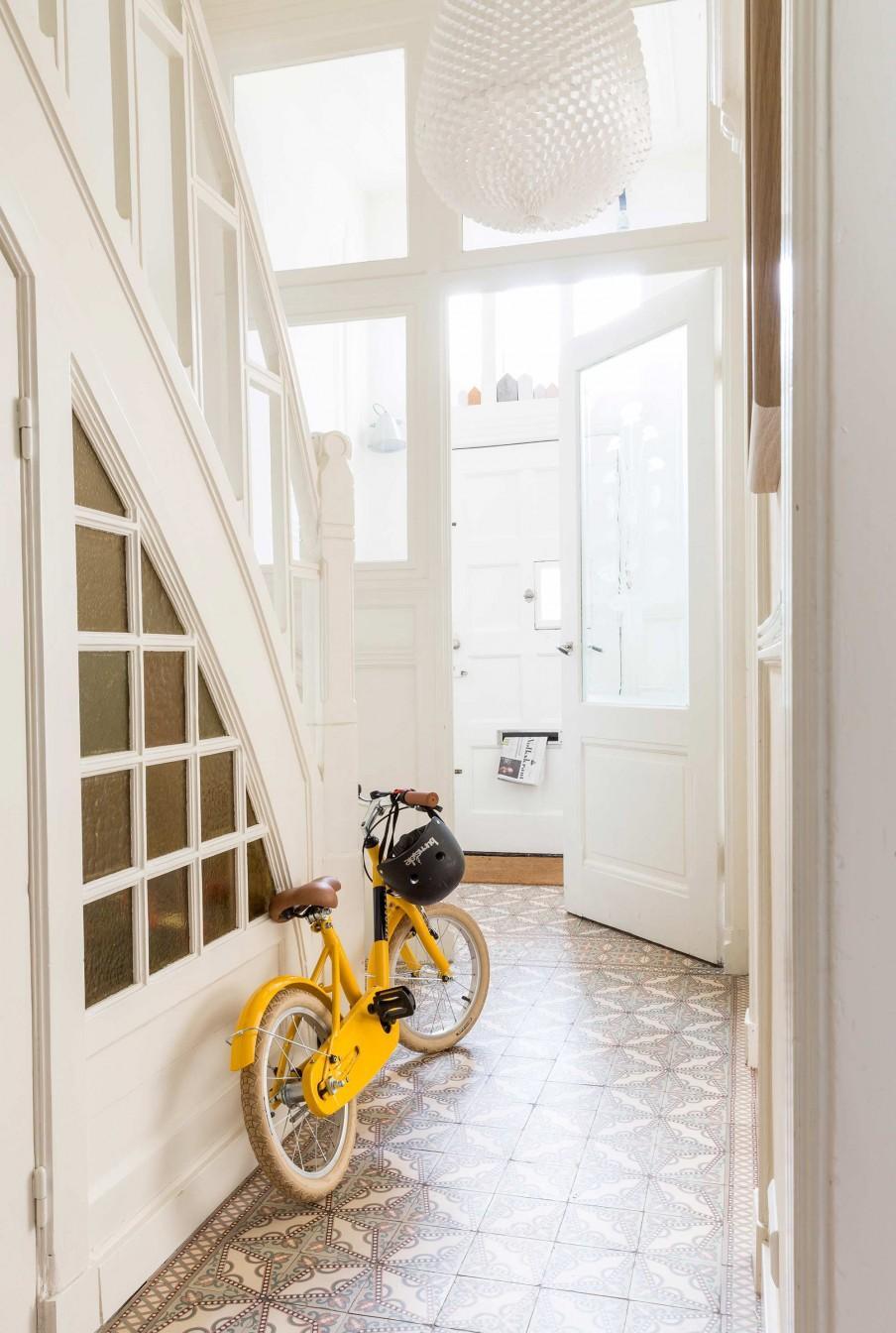 hall vieux carrelage escalier blanc