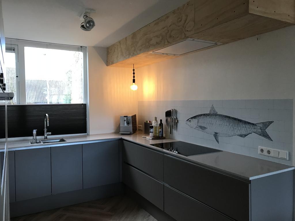 achter-de-kookplaat-gebruik-gemaakt-van-een-kitchenwall-decor-welke-eenvoudig-af-te-nemen-is
