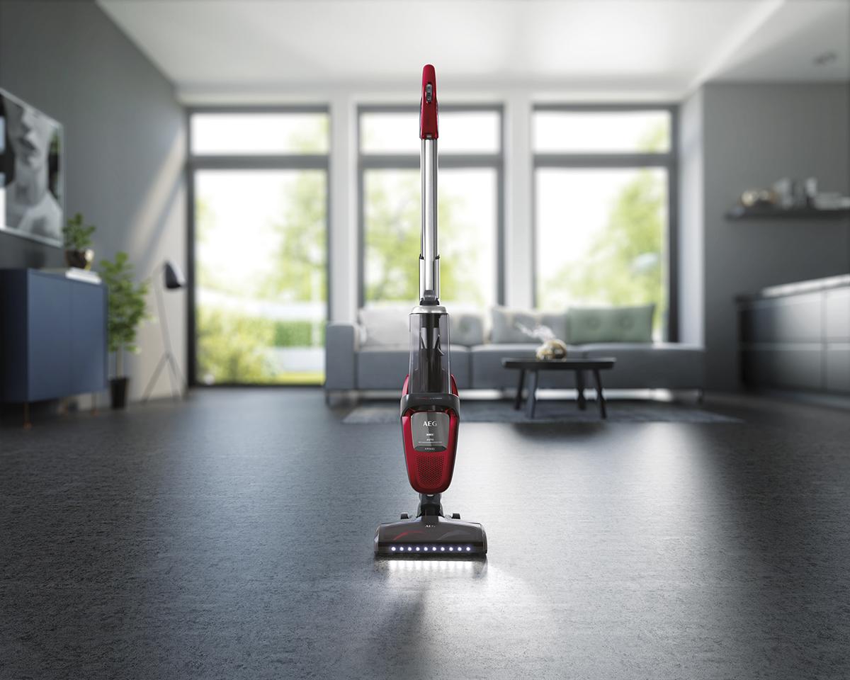 rode stofzuiger snoerloos in woonkamer voorjaarsschoonmaak AEG