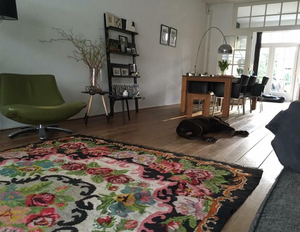 zo-zag-de-woonkamer-er-uit-de-keuken-was-een-kleine-aparte-ruimte-waardoor-er-geen-contact-was-met-leden-van-het-gezin-of-vrienden-tijdens-het-koken