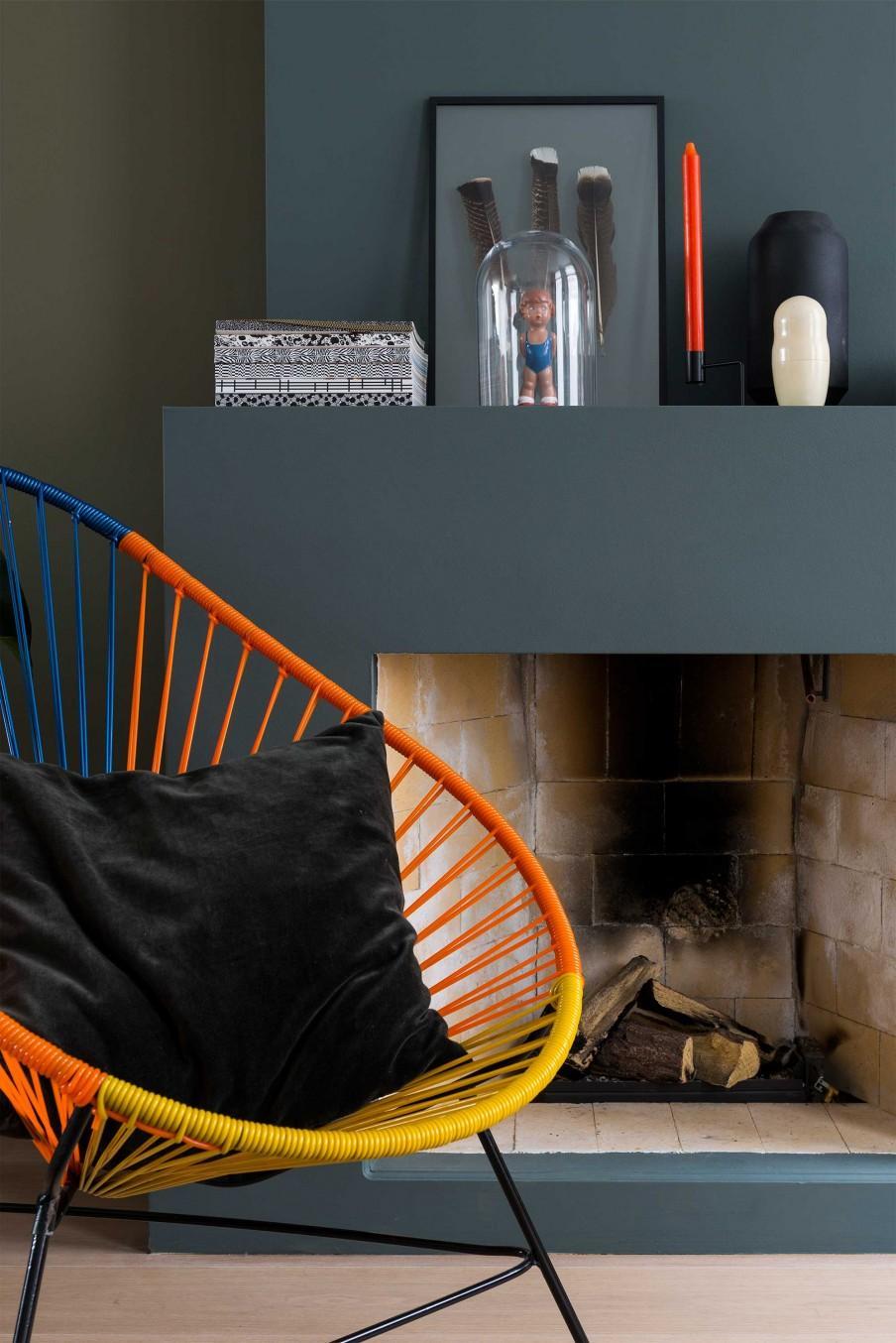 chaise lounge multicolore cheminée