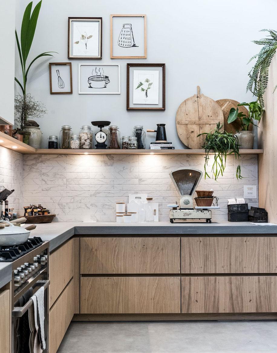 Een open keuken met fotolijsten en spotjes