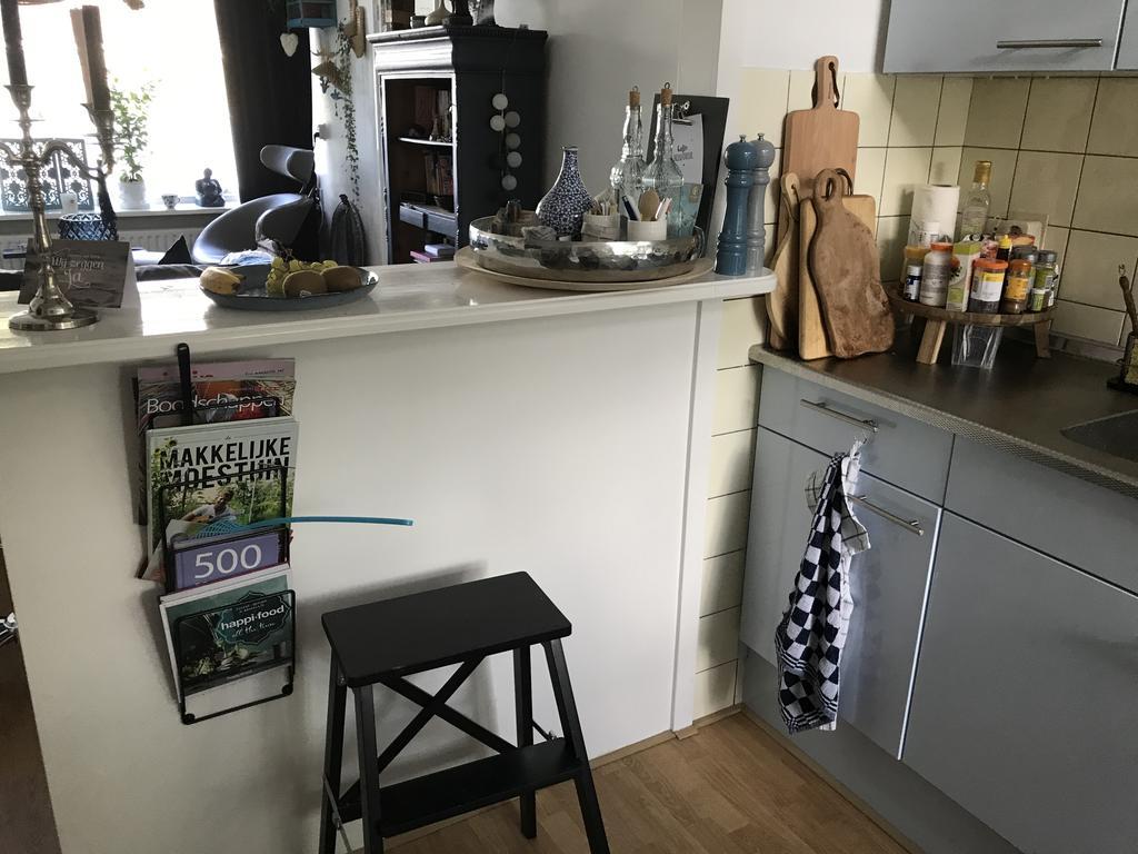 ik-heb-een-bar-waardoor-de-keukens-en-open-zicht-heeft-en-hierdoor-get-huis-ook-lekker-licht-is-mn-kookboeken-heb-ik-een-tijdschriftenrek-aan-de-bar-gemaakt