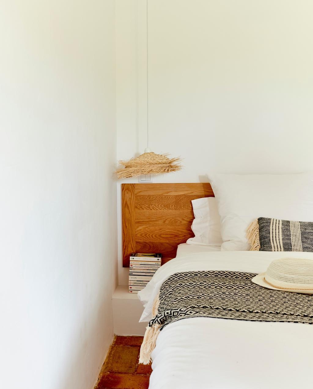 vtwonen 08-2020 | bk buitenland portugal slaapkamer bed met houten frame
