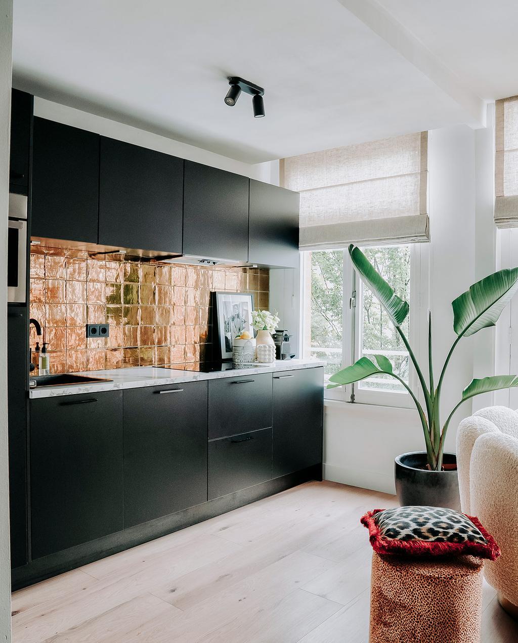 vtwonen 06-2021 | zwarte keuken met gouden tegels