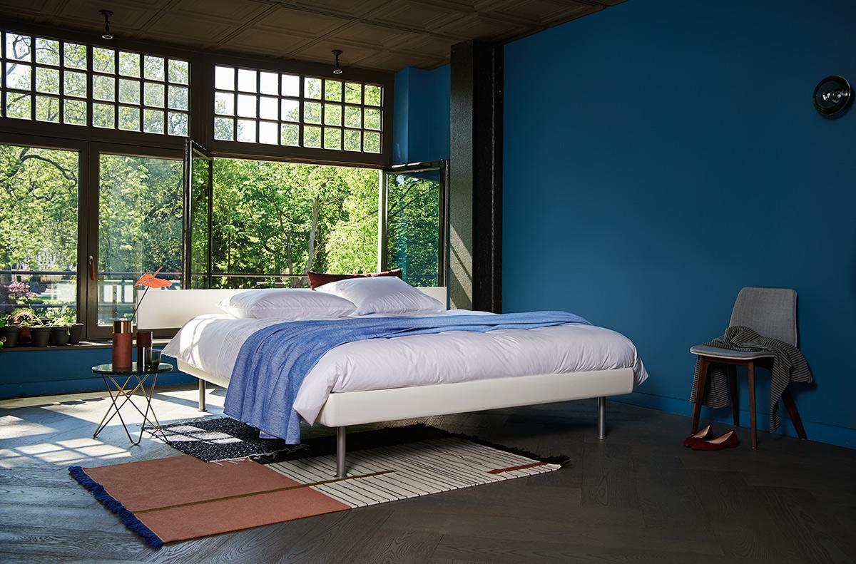 Zomerse slaapkamer met blauwe muur