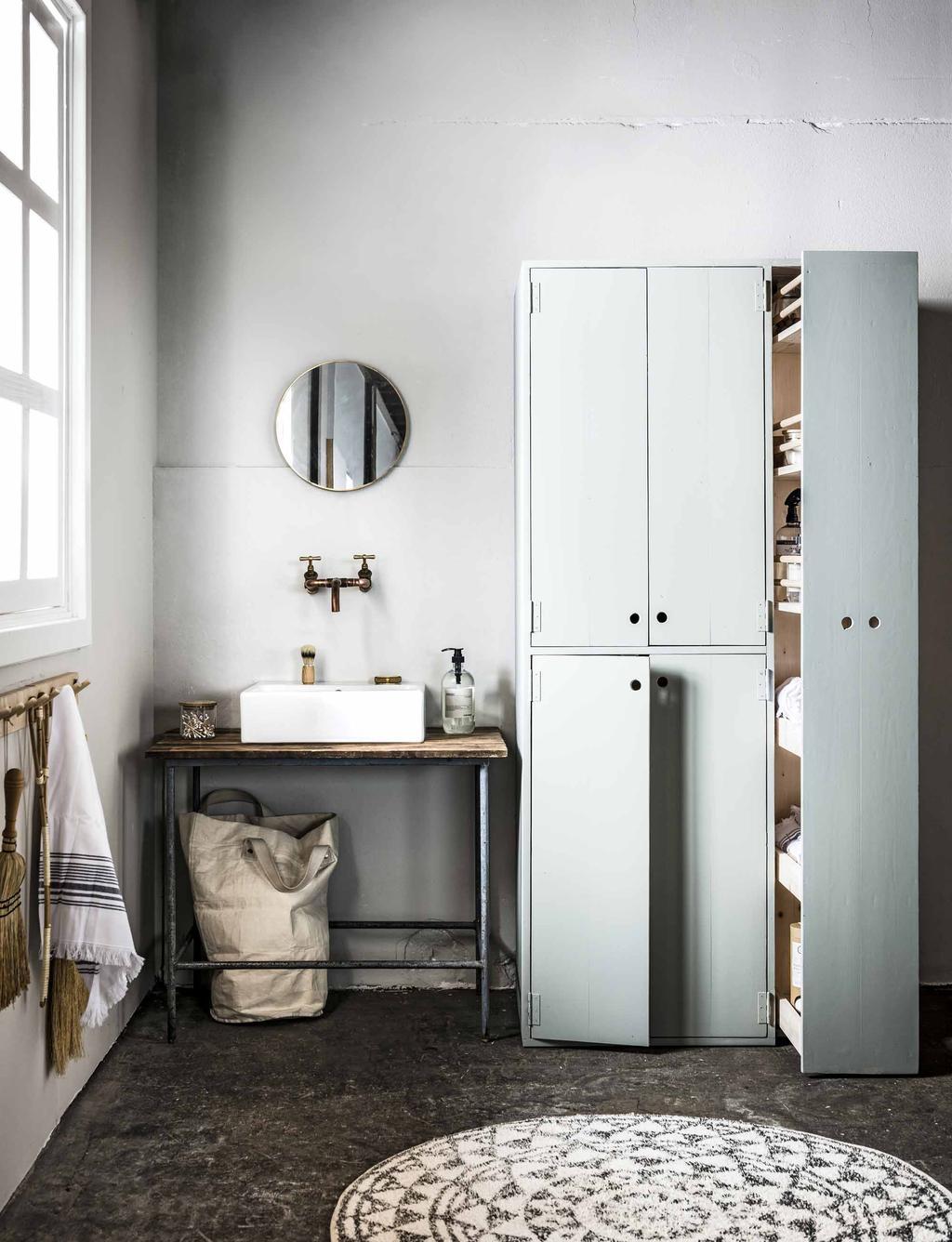 Nude badkamer met opbergruimte