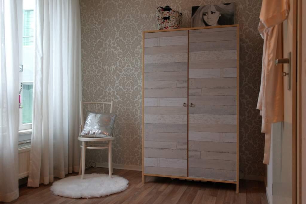 garderobekast met sloophoutbehang