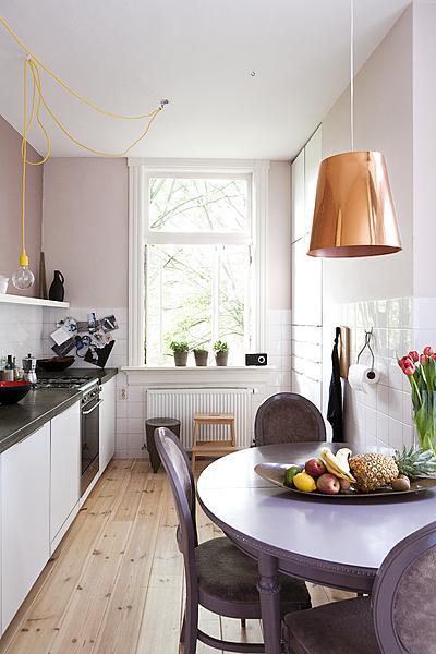 zwart-wit keuken met pastel