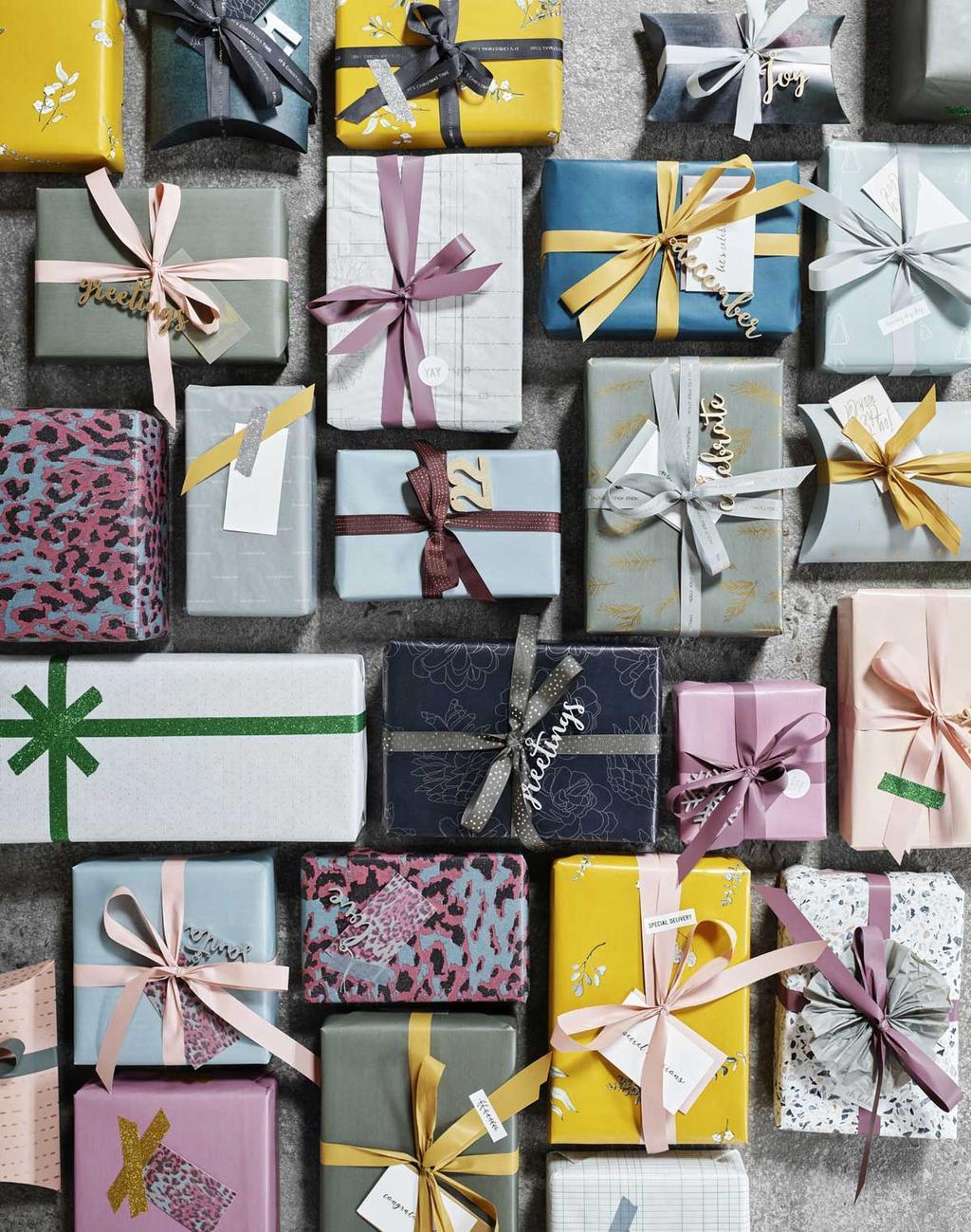 Ingepakte cadeautjes voor de feestdagen van Monograph met 16 cadeau ideeën.