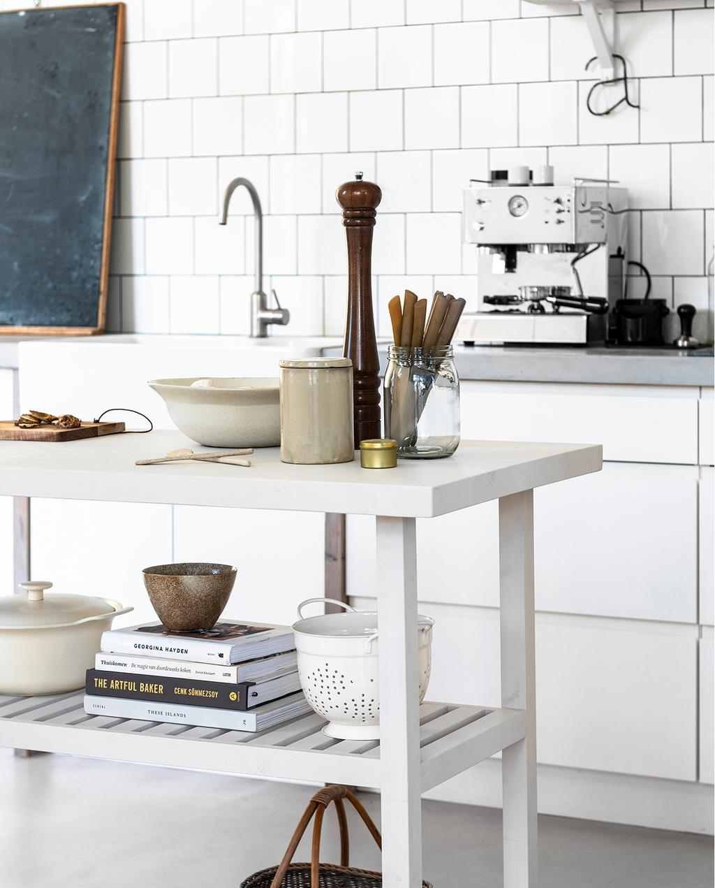 vtwonen 04-2020 | houten wit keukenmeubel gedecoreerd net keuken accessoires