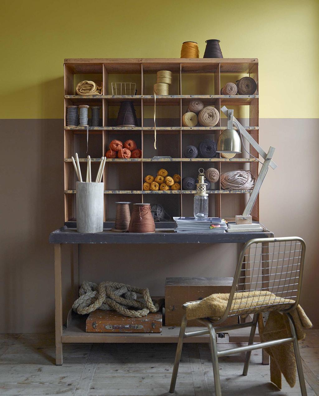 vtwonen 01-2016 | tafel met kast met garen, en een muur met bruin en okergeel
