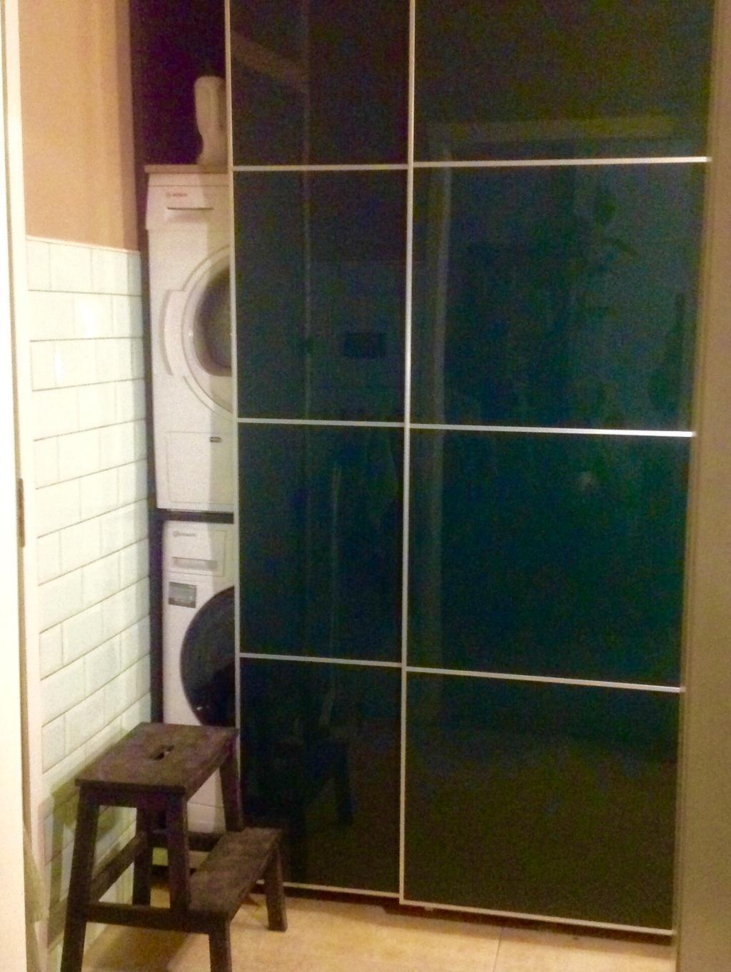 de-nieuwe-keuken-wasmachine-droger-en-vriezer-weggewerkt-achter-plafondhoge-schuifdeuren