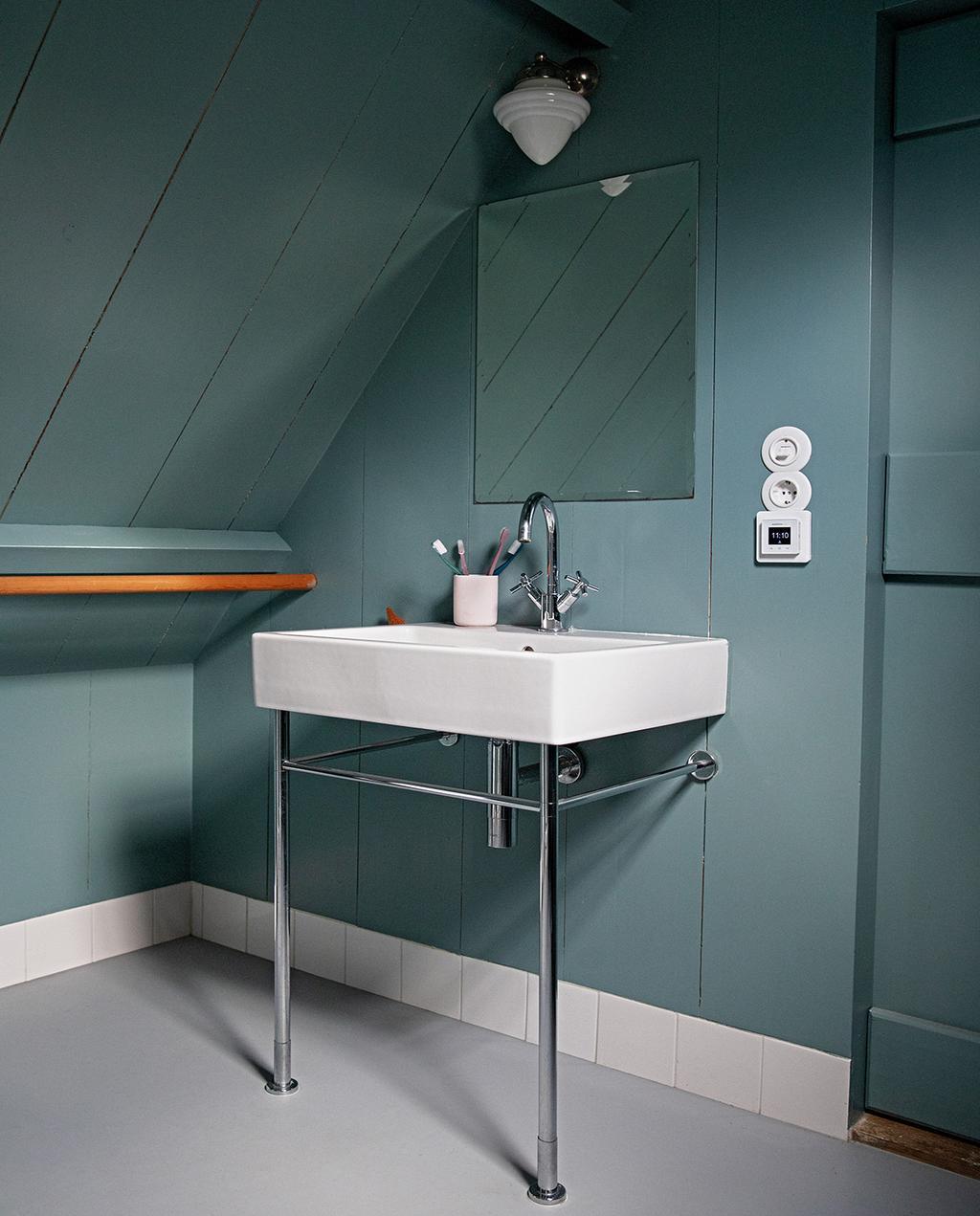 vtwonen 05-2021 | blauwe badkamer met wastafel