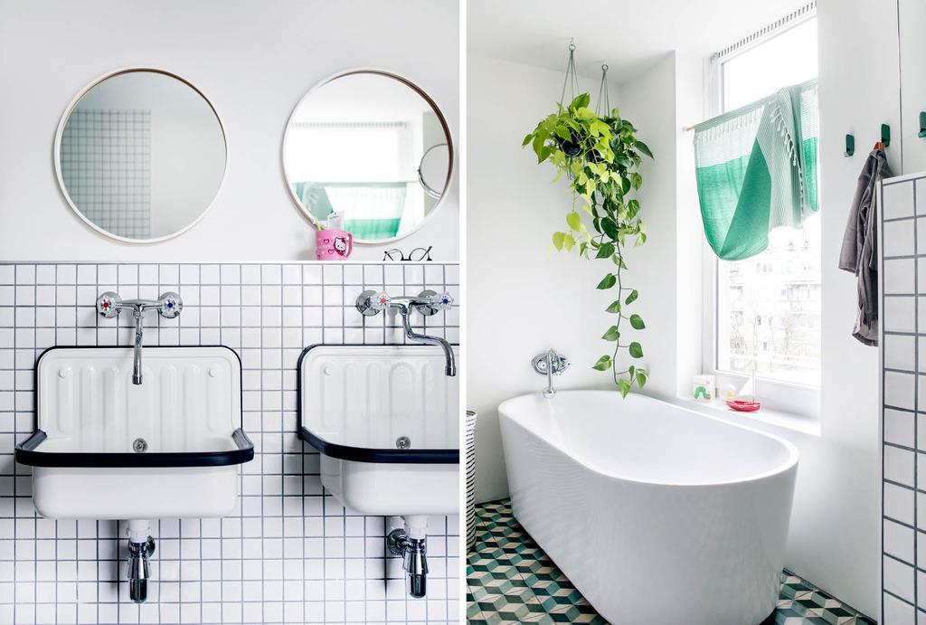Witte badkamer met witte badkamertegels en vrijstaand bad