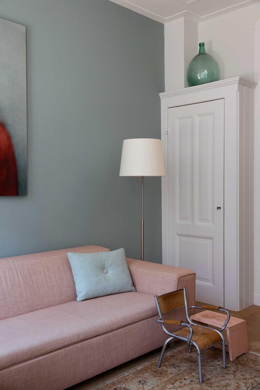 mur gris canapé rose