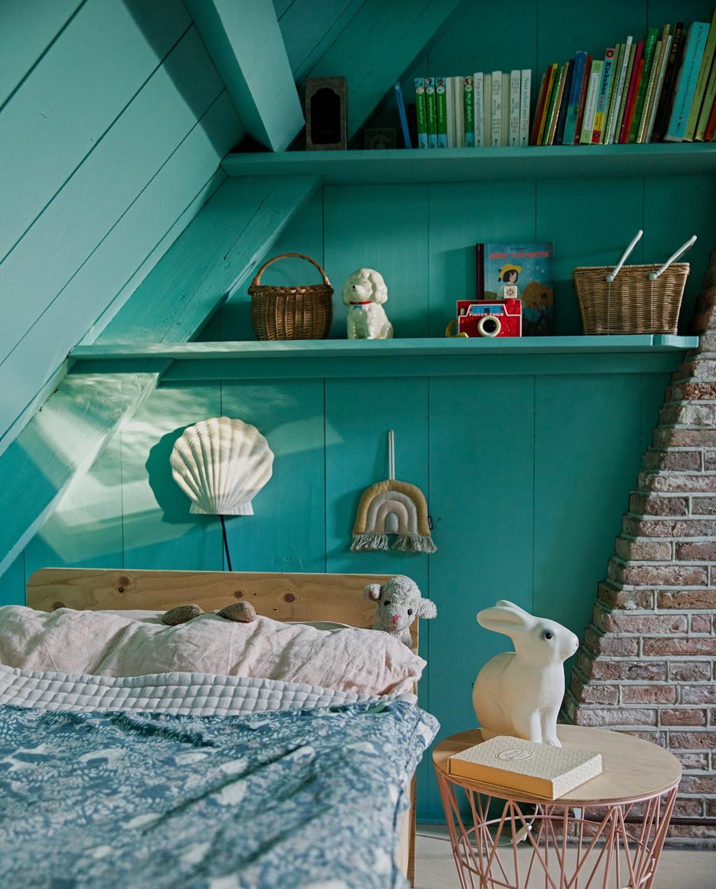 vtwonen 05-2021 | schuine wand in slaapkamer met blauwe muur