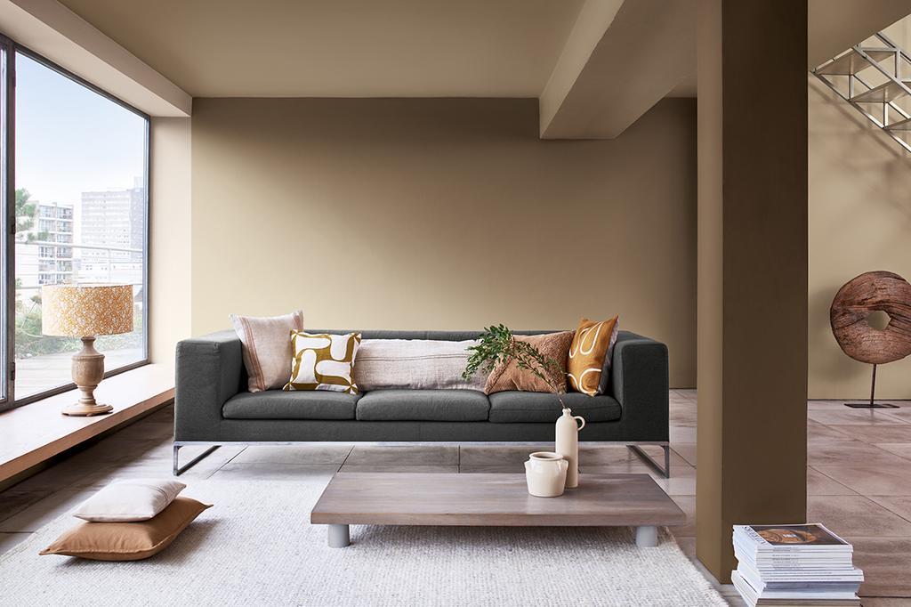 Bruine woonkamer in Brave Ground - Levis Kleur van het Jaar 2021