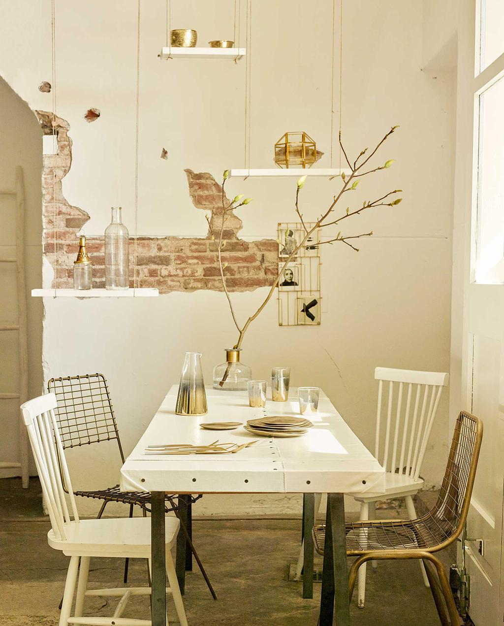 vtwonen 07-2016 | eettafel met witte stoelen en woonaccessoires in goud