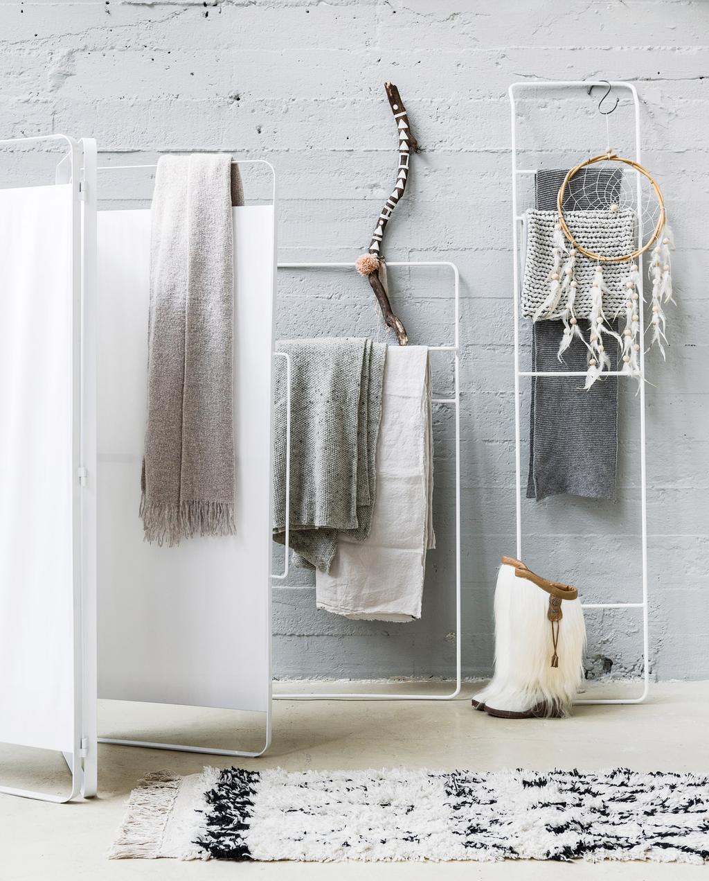 vtwonen | basic slaapkamer met kledingrekken