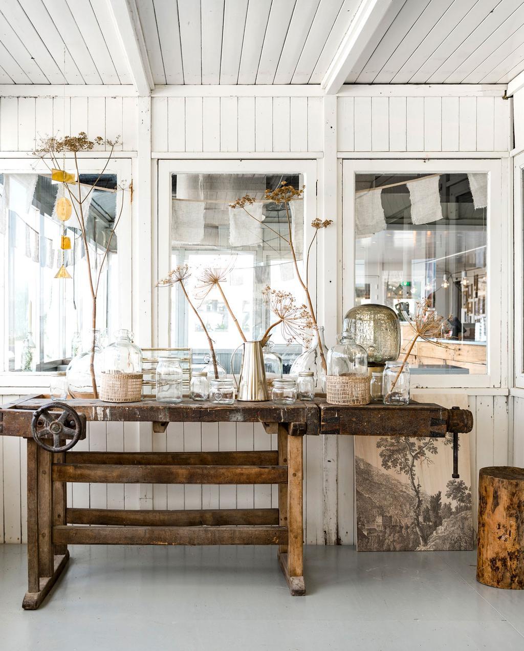 vintage houten werkbank in restaurant Ajuma