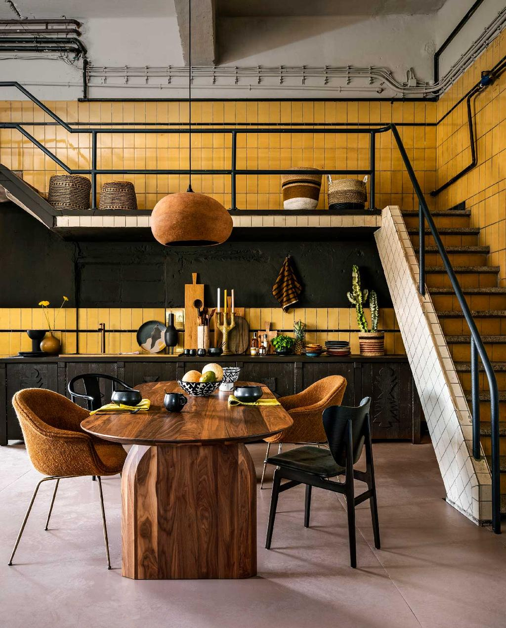 vtwonen 10-2020 | trendhuis culture club marianne keuken kerrie gele tegels