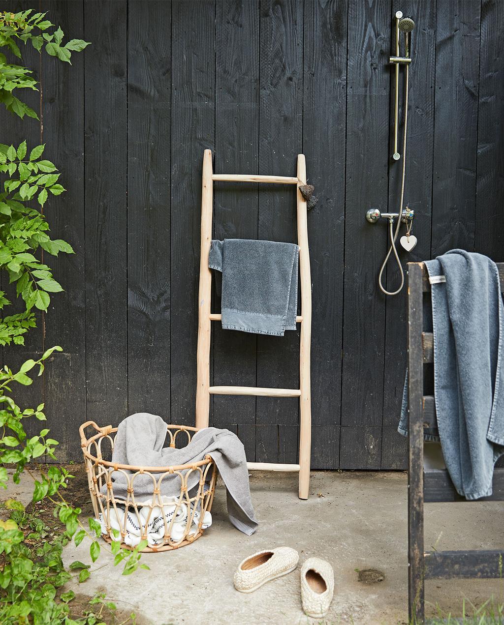 vtwonen special tuin 03 2021 | buitendouche met een trapje en handdoek