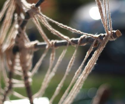 spinnenweb van takken en touw