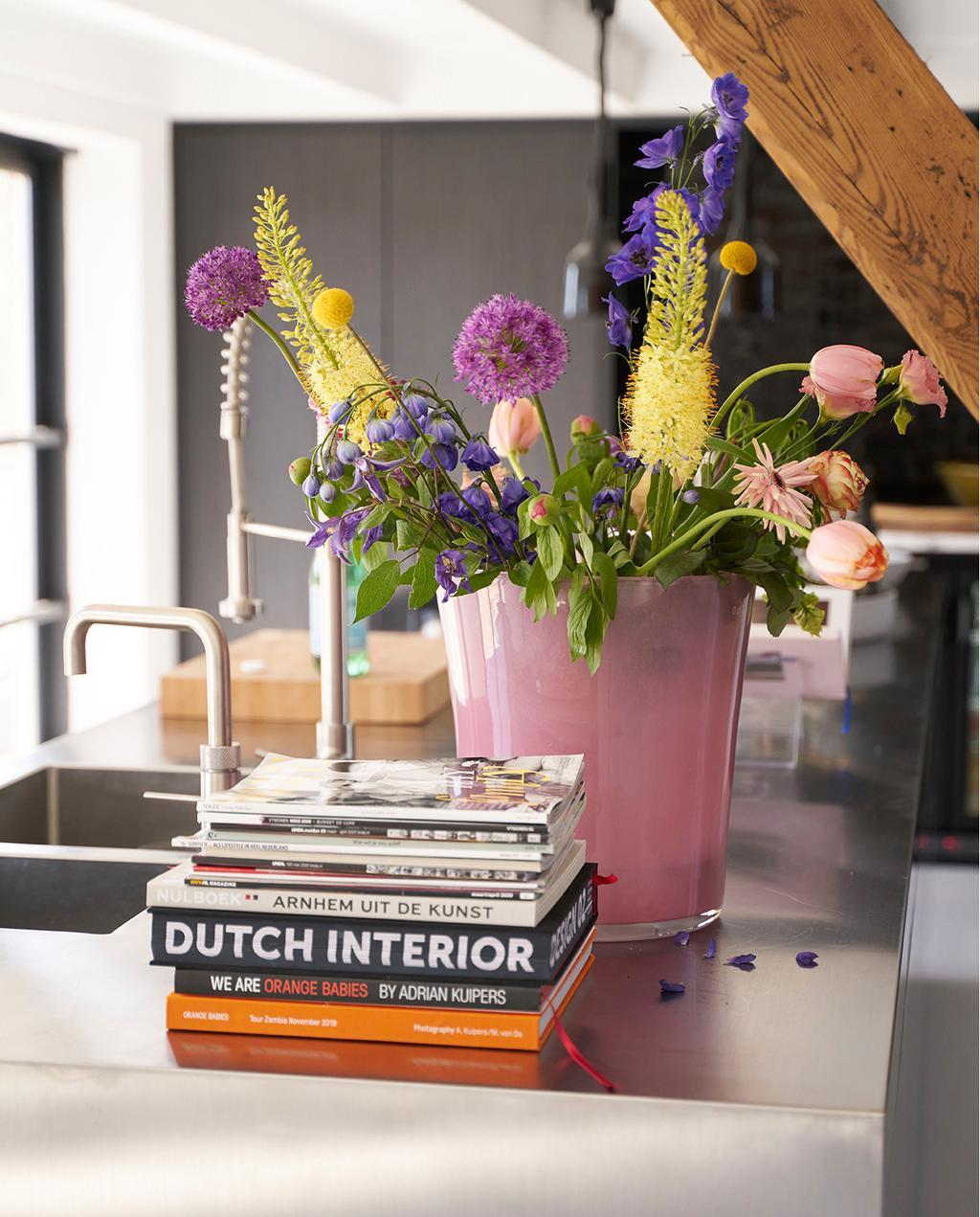vtwonen 08-2020 | binnenkijken Arnhem aanrecht met stapel boeken en roze vaas