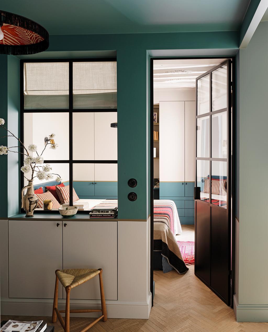 vtwonen special tiny houses | zwarte deur met groen witte lambrisering