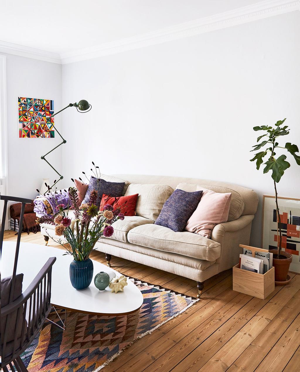 vtwonen 02-2021 | woonkamer bank met paars en roze kussens