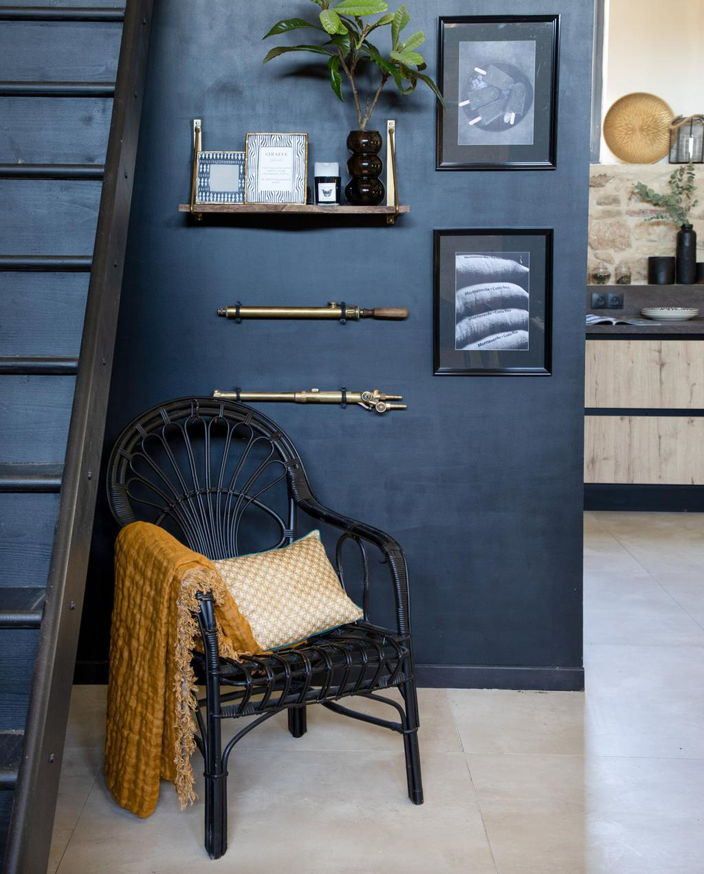 vtwonen 05-2021 | zwarte muur met zwarte stoel en decoraties