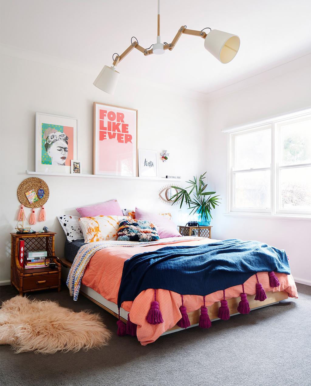 vtwonen binnenkijken special 07-2021 | slaapkamer met tweepersoonsbed en een blauw plaid, met twee posters: een met Frida, en een met een quote