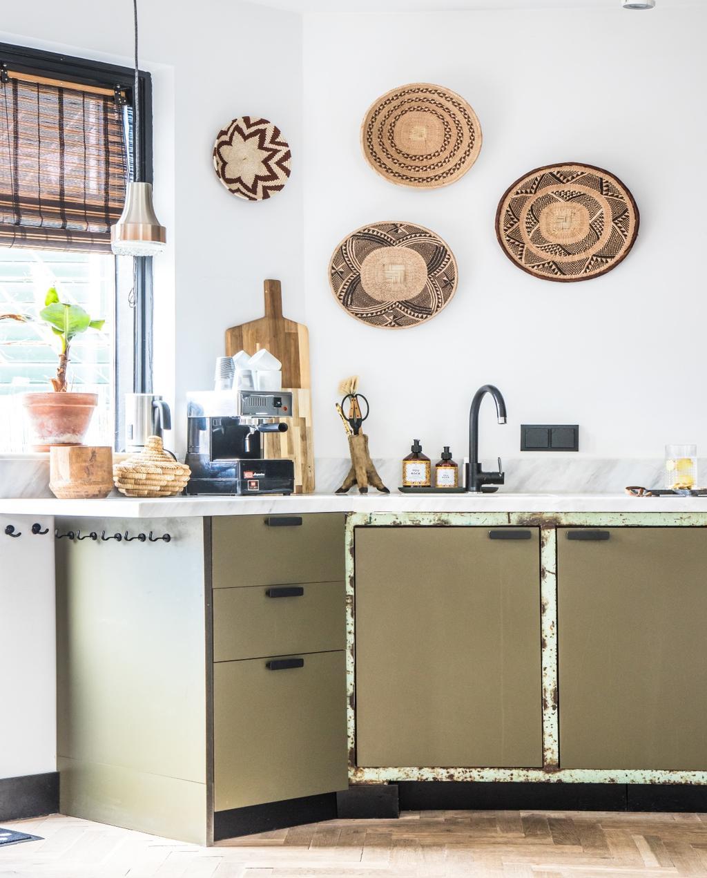 vtwonen 07-2020 | binnenkijken Zaandam olijfgroene keuken met stalen werkblad