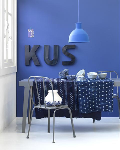 blauwe muur met letters