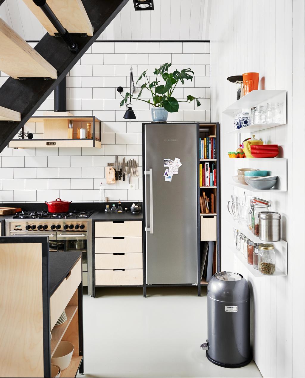 vtwonen binnenkijken special 2019 | keuken hout en zwart