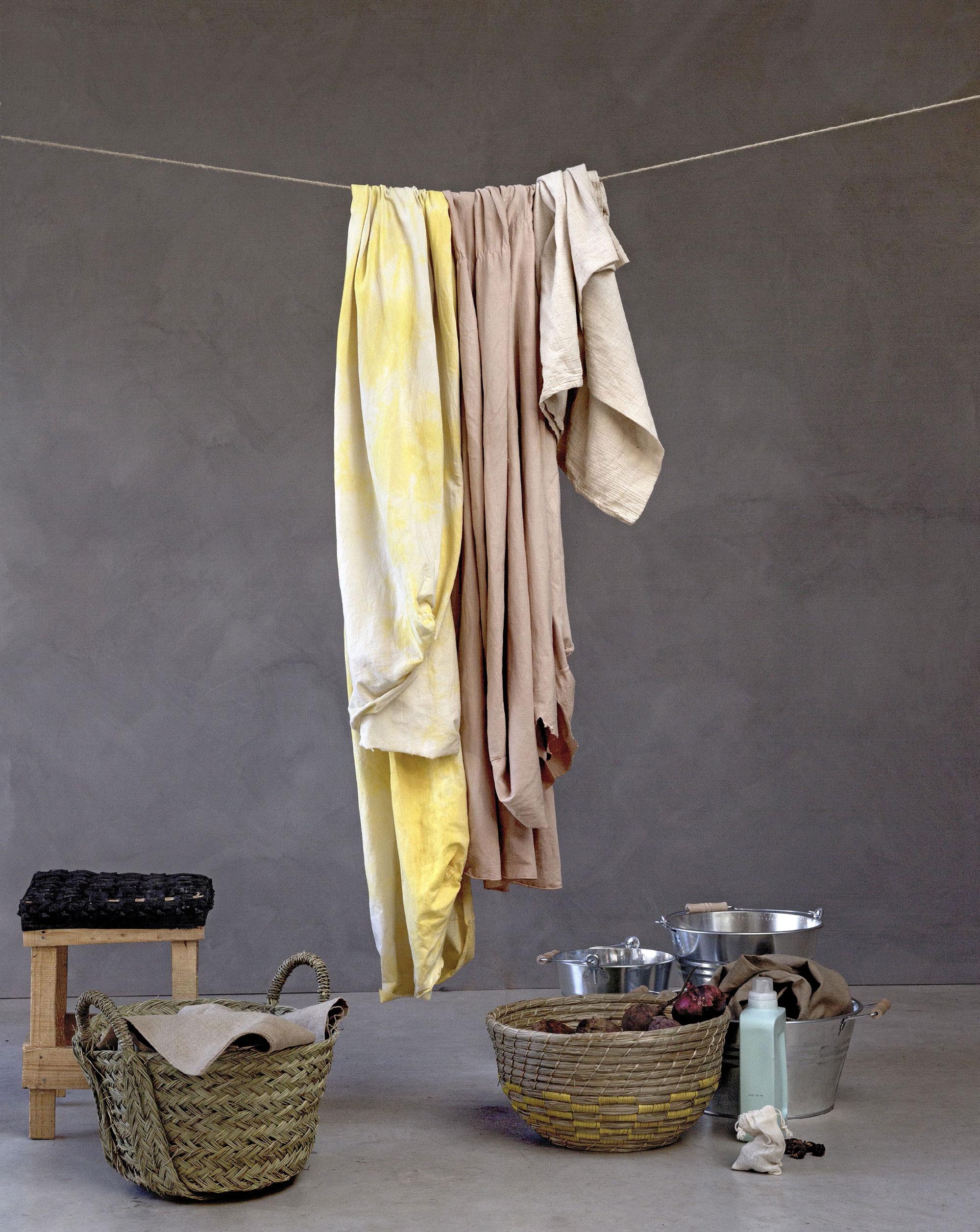 Waslijn geverfde stoffen met wasmand - Stof verven
