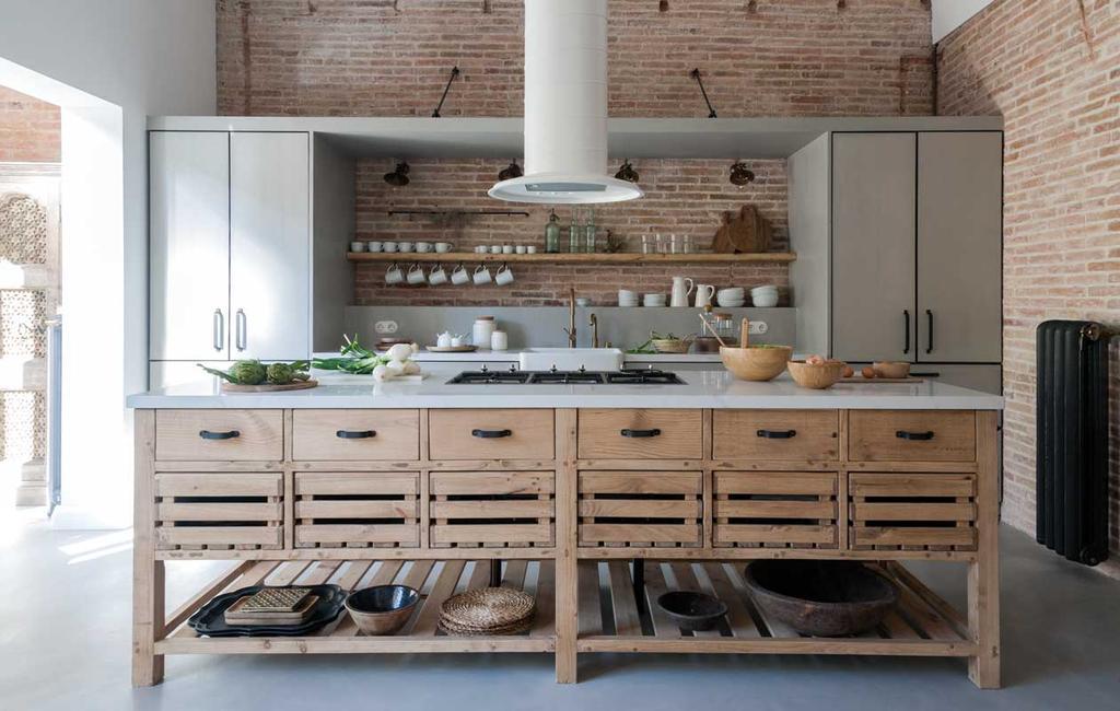 vtwonen 09 | Binnenkijker | ambachtelijke houten keuken met witte afzuigkap