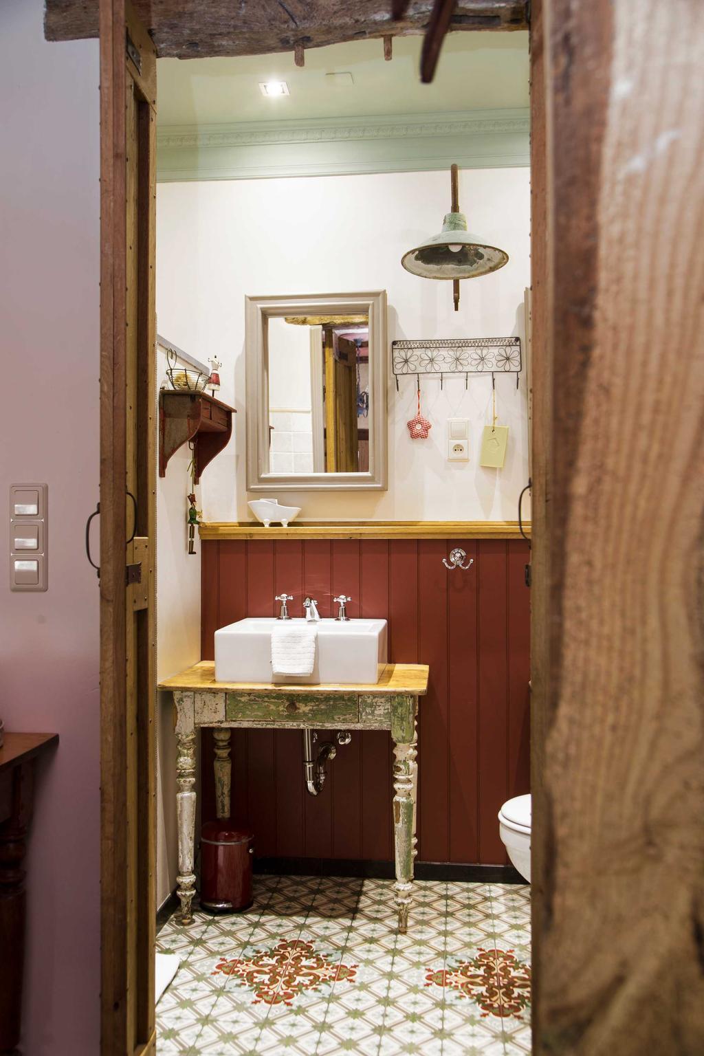 logeren badkamer wastafel
