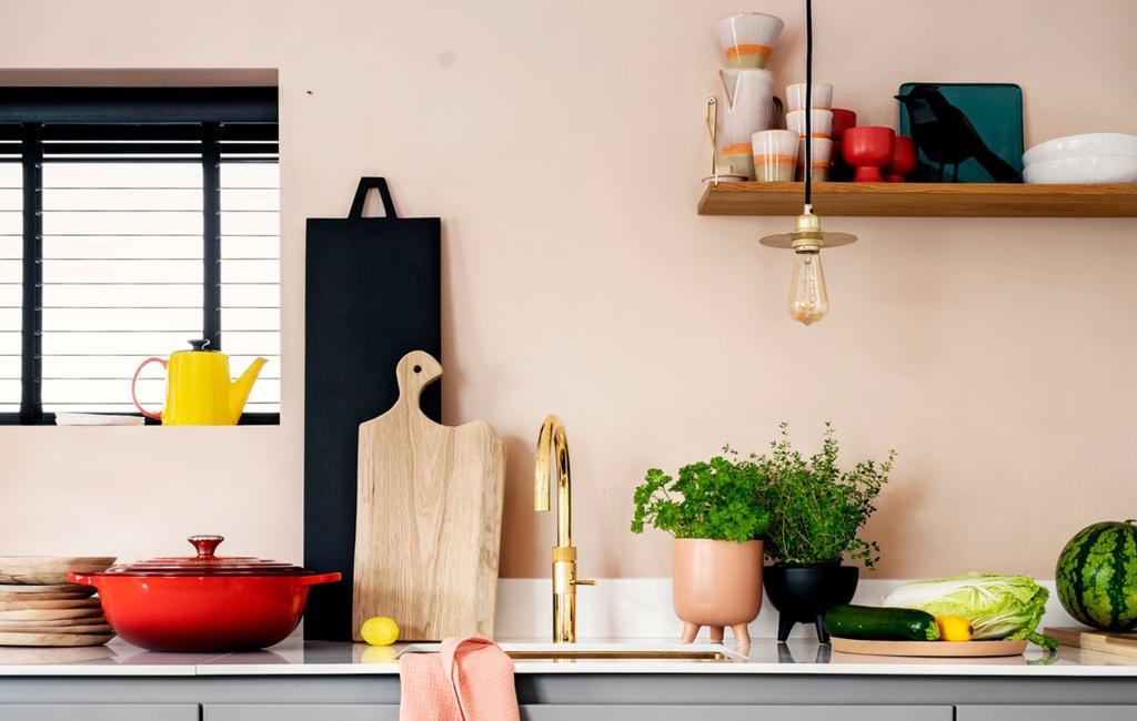 Borrelplanken en snijplanken op het aanrecht in keuken