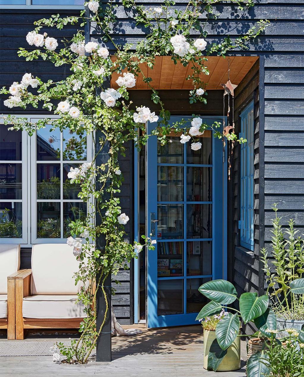 vtwonen special zomerhuizen 07-2021 | blauw huis met klimop bloemen en blauwe deur