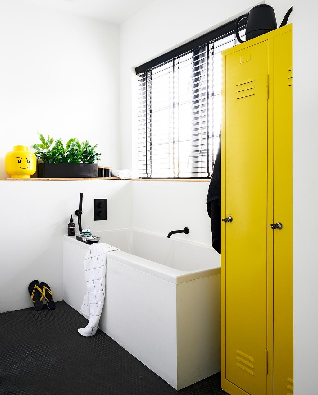 vtwonen 05-2020 | riant familiehuis Breda kinderbadkamer met ligbad en gele kleuraccenten