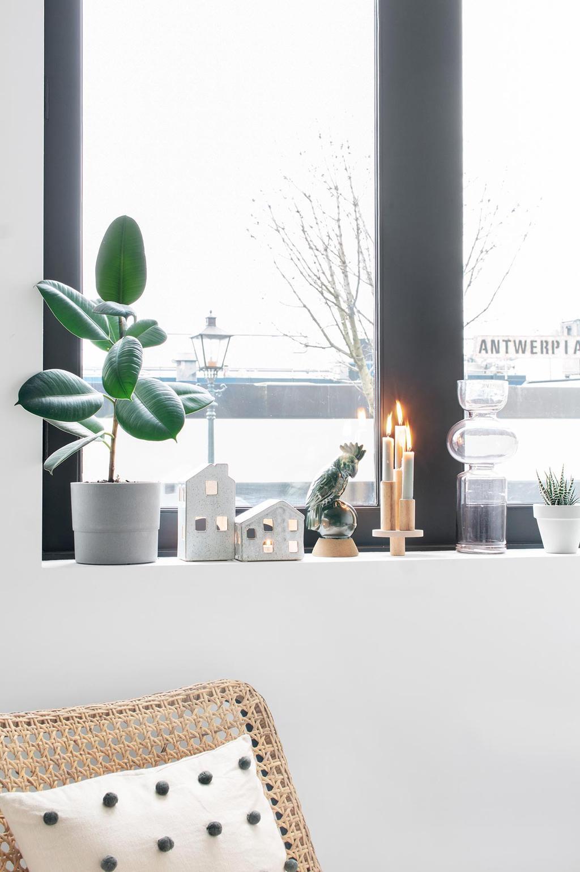 Vensterbank van Tanja van Hoogdalem met een DIY kaarsenstandaard en accessoires
