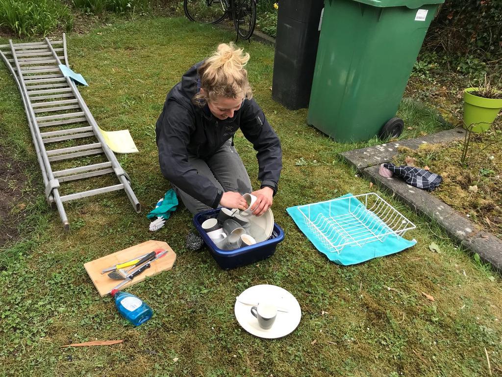 twee-maanden-hebben-wij-geen-keuken-gehad-en-moesten-wij-koken-op-een-campinggaspitje-de-afwas-deed-ik-in-een-teiltje-op-het-gras-we-gingen-helemaal-back-to-basic