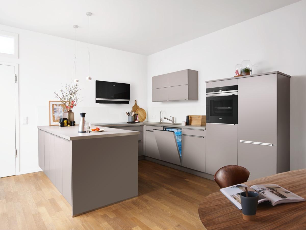 keuken taupe met inbouwapparatuur Siemens schoonhouden