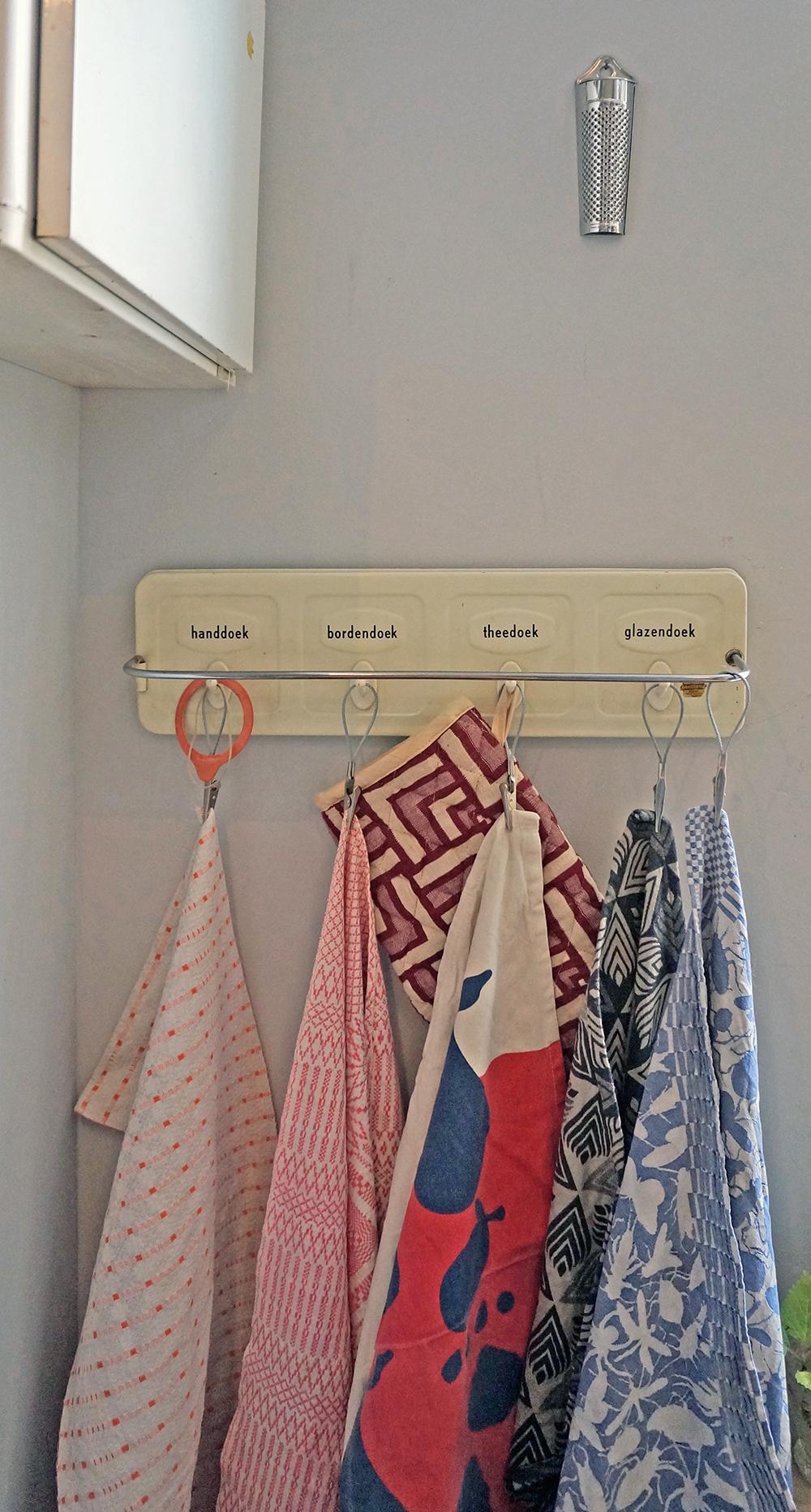 vintage-handdoekenrekje-van-brabantia-met-een-paar-vintage-linnen-theedoeken-uit-zweden-theedoek-en-ovenwant-van-oxfam-een-theedoek-van-sissy-boy-en-een-theedoek-van-studio-job