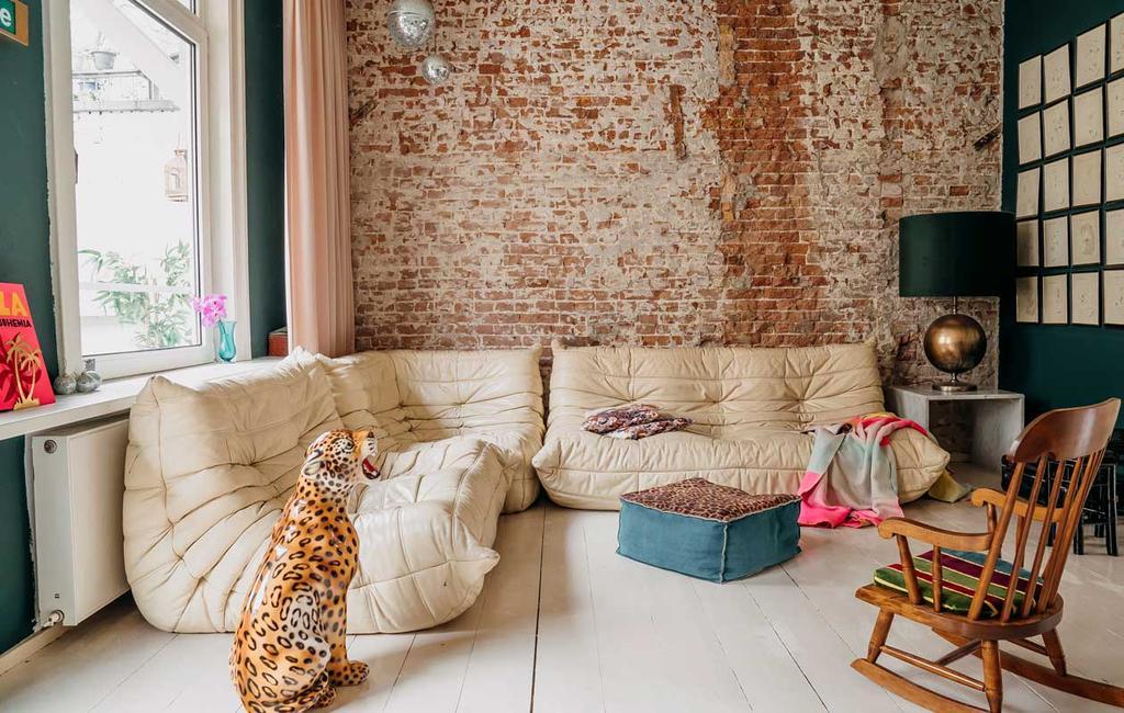 vtwonen 11-2020 | binnenkijken in een bont en persoonlijk familiehuis | bonte woonkamer