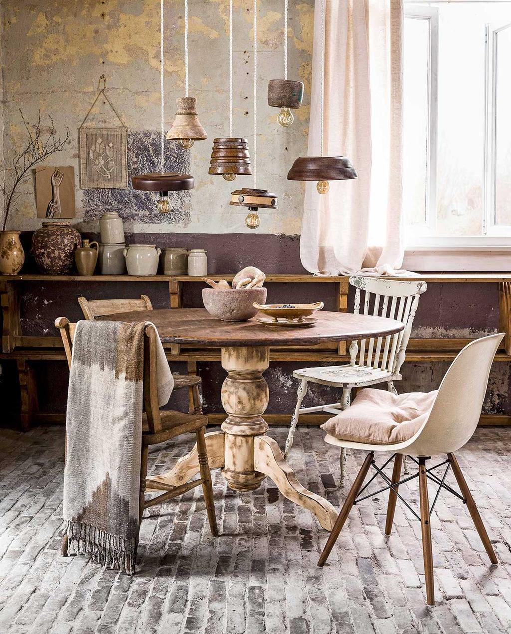 vtwonen 06-2017 | tweedehands eetkamer met houten tafel, houten stoelen, vasen op de achtergrond