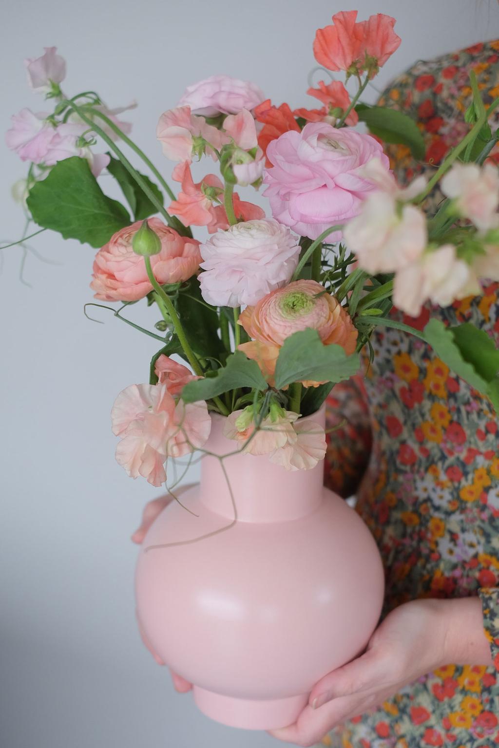 Roze vaas met bloemen