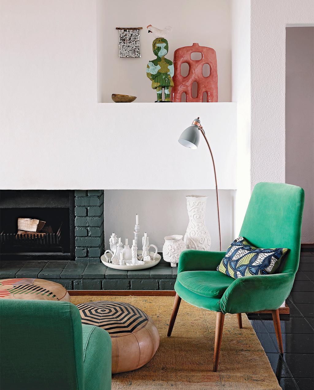 vtwonen special zomerhuizen 07-2021 | groene fauteuil met open haard